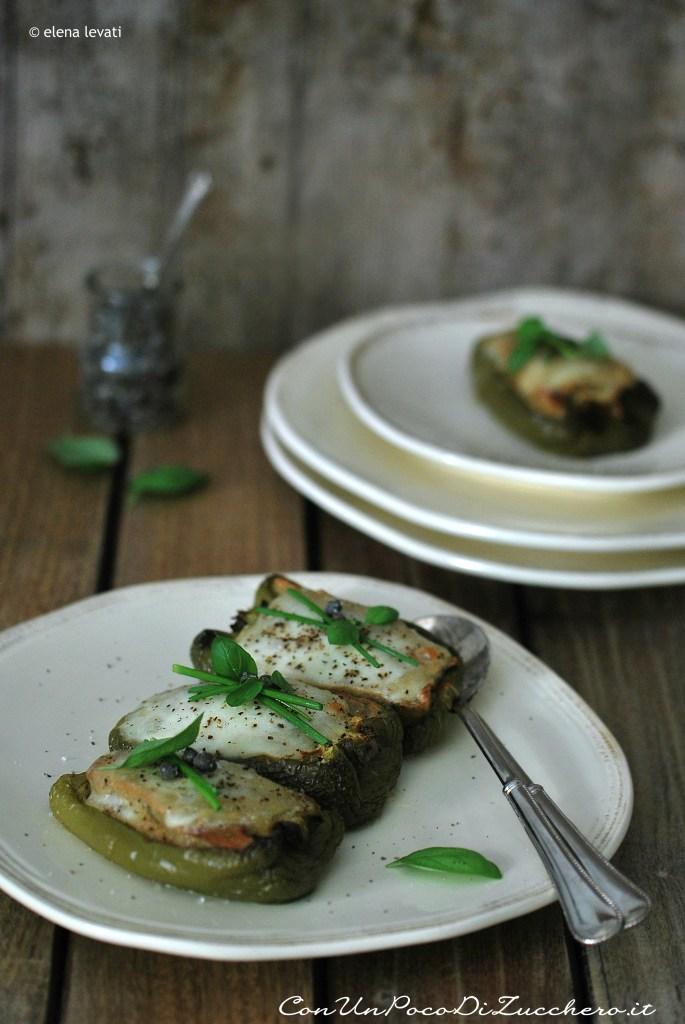 peperoni-ripieni di pane, acciughe e mozzarella