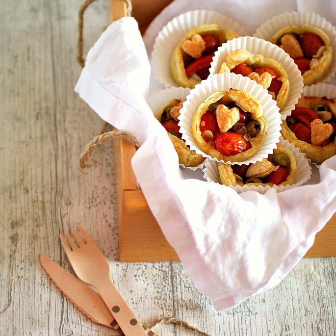 sfogliatine-pomodorini-mozzarella-e-olive