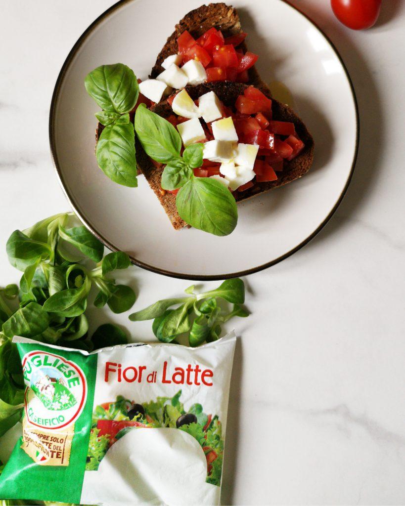 Bruschetta tricolore con pane multicereali e Mozzarella Fior di latte Caseificio Pugliese