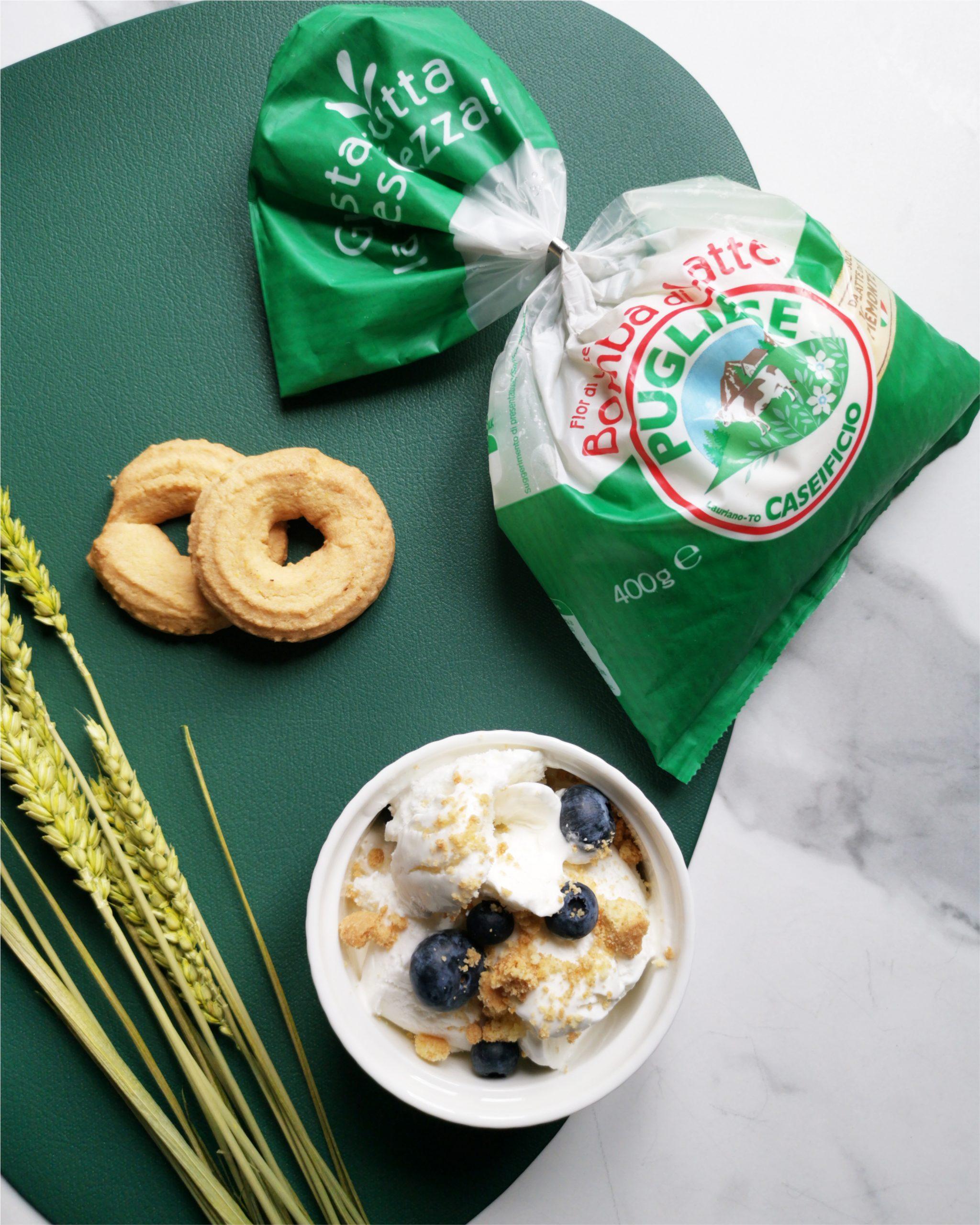 Gelato alla Mozzarella Fior di Latte Bomba Caseificio Pugliese, con granella di biscotti e mirtilli